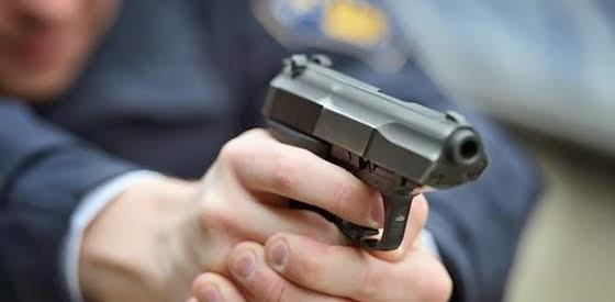 politie pistool misbruik ongewapend