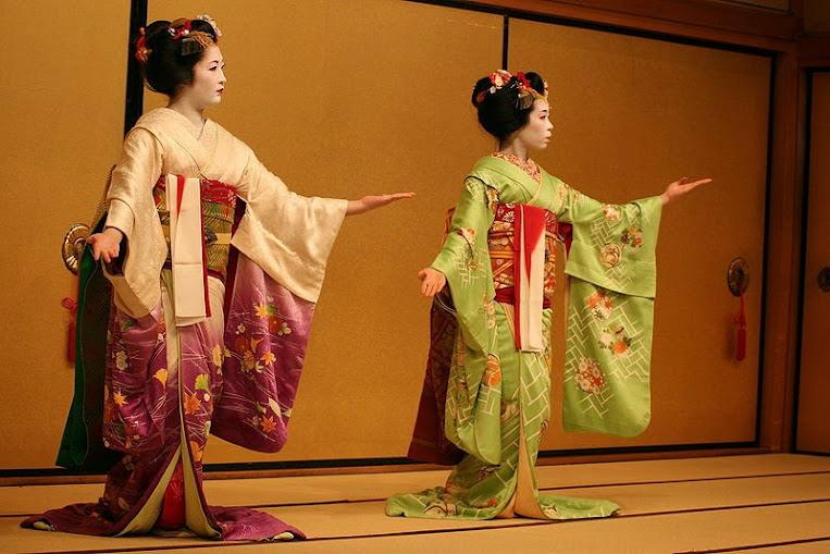 cảnh geisha biểu diễn