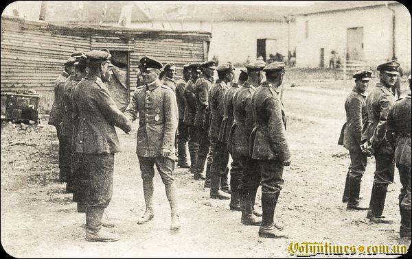 Освальд Бельке інспектує льотну ескадрилью. 1916 рік.