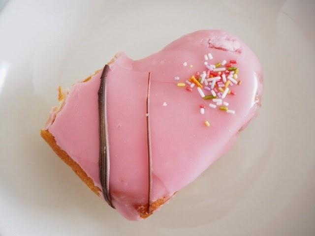 donut, donitsi, pink, vaaleanpunainen, creme, pomada, arnolds, herat, sydän, valentines day, ystävänpäivä, yum, herkku, sweet,