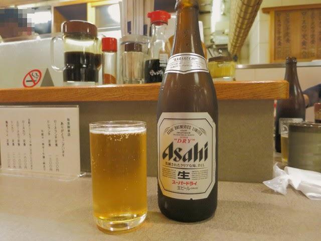 瓶ビールとグラスに注いだビール