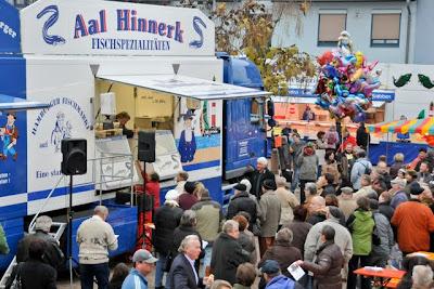 Die Marktschreier locken zahlreiche Besucher auf den Neuenburger Marktplatz.