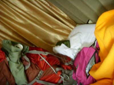 ベッドに積んだ荷物