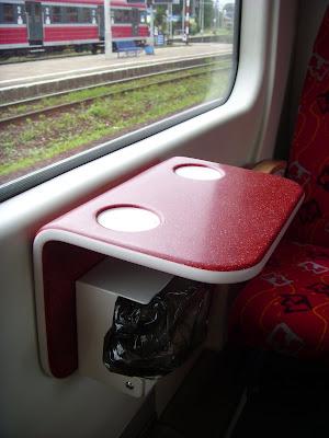 新しい列車の座席テーブル