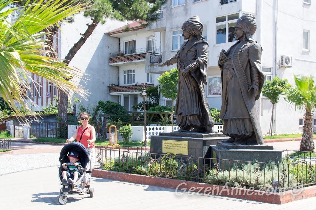 Amasra'yı fetheden Fatih Sultan Mehmet ile lalasının heykeli önünde