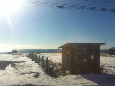海沿いに建つバスの待合小屋