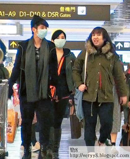 在台灣機場等上機,許廷鏗同欣宜回復高度戒備,戴上口罩之餘,起初男的刻意同欣宜前後腳,與易服助手阿小並行。