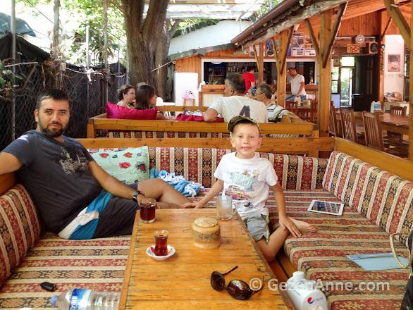Emin pansiyonun sedirlerine yayılmış gün boyu ücretsiz çaylarımızı içerken, Çıralı Antalya