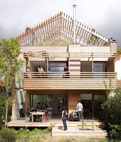 Une maison contemporaine en bois initiales gg for Maison moderne urbaine