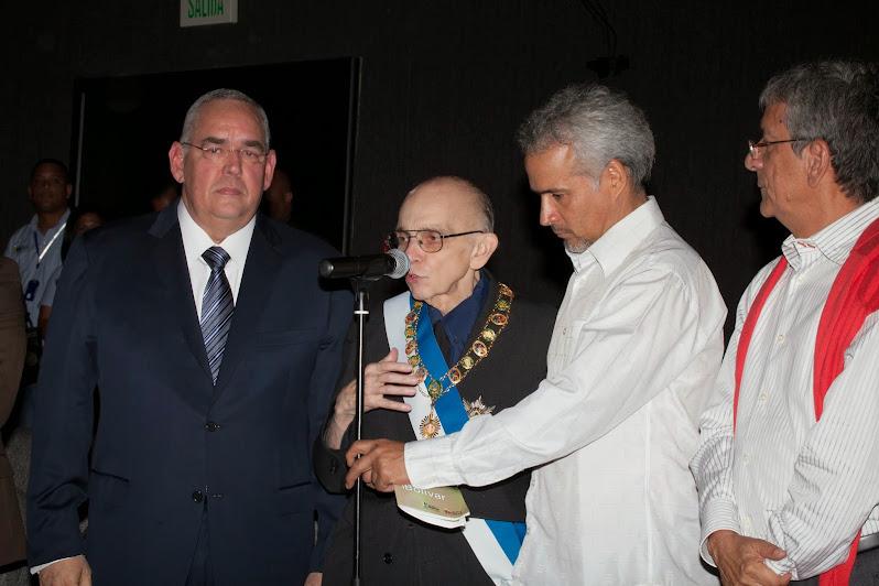 El gobernador de Bolívar, Francisco Rangel Gómez, entregó al maestro Abreu la Orden Congreso de Angostura en su primera clase