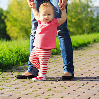 Phát triển động tác vận động cho trẻ từ 8 – 12 tháng tuổi