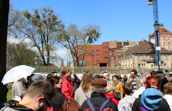 grupa z Aleksandrem Masłowskim w Parku Kuźniczki