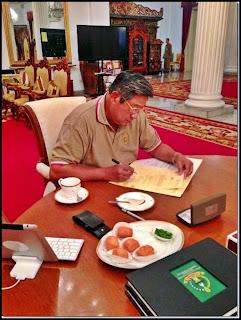 Mantan Presiden SBY Menyantap Tahu Sumedang di Sela Kegiatannya