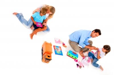 familia jugando con 2 hijos