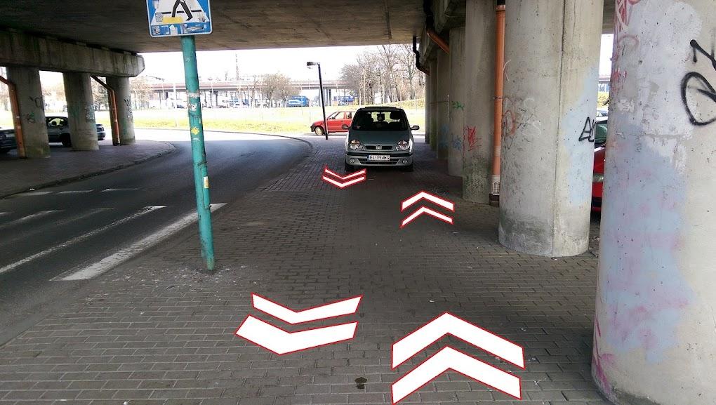 Malowania pomogłyby rowerzystom i może podpowiedziały kierowcom aby w tym miejscu nie parkować