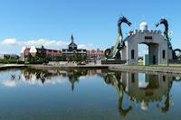 ヨーロッパ調の建物と双竜