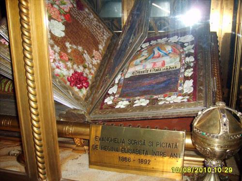 Evanghelia scrisa si pictata de Regina Elisabeta a Romaniei, de la Curtea de Arges