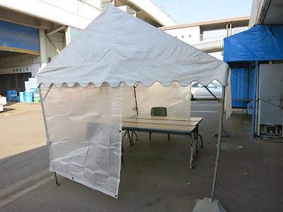 店頭のテントとテーブル席