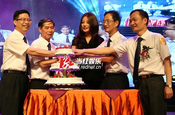 29.08.2013: Triệu Vy đến Thuận Đức – Quảng Đông tham gia lễ sinh nhật 20 năm công ty điện khí Vạn Hòa mà cô là người đại diện.