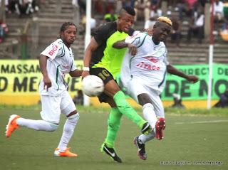 Rencontre V. Club (noire) contre DCMP (blanc) le 23/02/2014 au stade Tata Raphael, match interrompu après le but de V. Club. Radio Okapi/Ph. John Bompengo