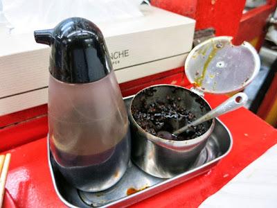 卓上の黒酢と辛味
