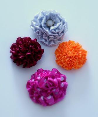 Ompelukoneella rypytettyjä kukkia
