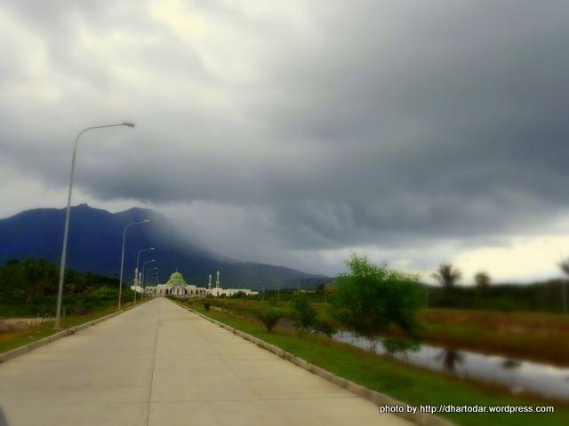Jalan menuju masjid natuna