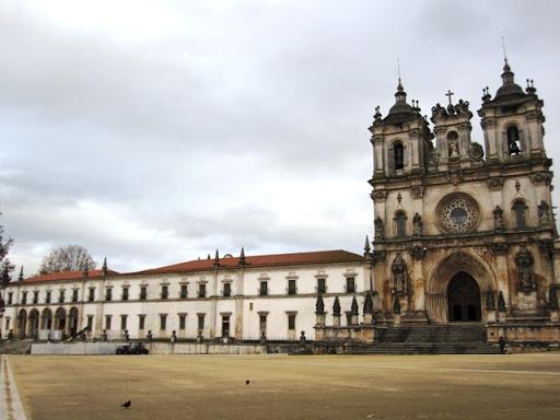 Путешественники из наших северных краев удивляются каминам, например, в такой жаркой стране, как Португалия