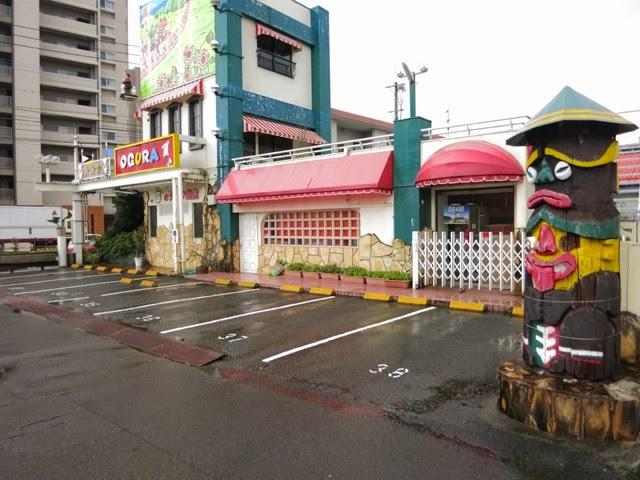 ファミリーレストランおぐら瀬頭店のトーテンポールのある駐車場