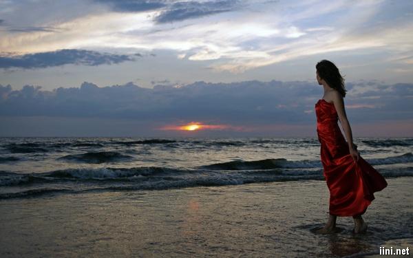 ảnh cô gái xinh đẹp đi dạo 1 mình bên biển