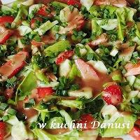 sałata z sosem i truskawkami