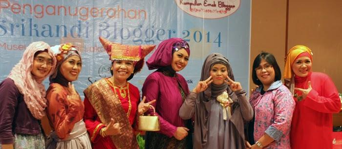 Saya bersama Emak2 KEB foto bareng pada Acara Penganugerahan Srikandi Blogger 2014