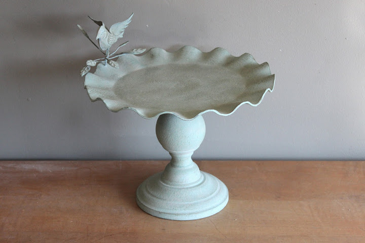 Green bird pedestal available for rent from www.momentarilyyours.com, $5.00.