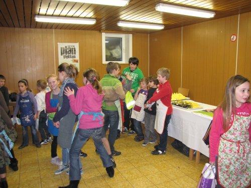 Een enthousiaste groep kinderen staat klaar.