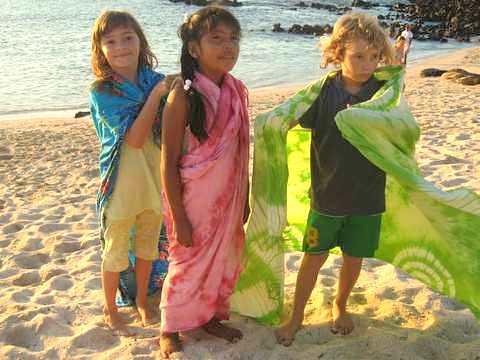 ガラパゴス諸島で遊ぶ子供達