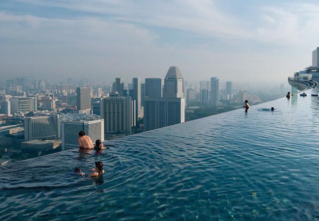 Bể bơi trên tầng mái