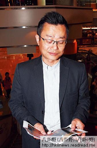 老公劉坤銘睇相冷笑 <br><br>睇到羅霖在北京瘟仔相,劉坤銘冷笑,更有意擸相即走。