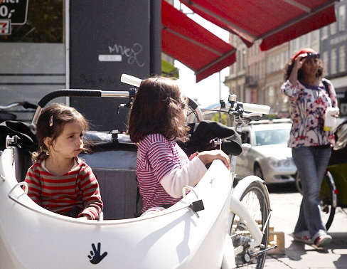 Trio bike ini muat untuk 2 orang anak. Jadi kendaraan ini secara tidak langsung mendukung program KB :D