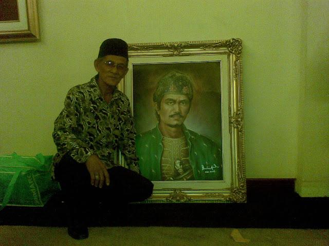 Bapak Eden Arifin bersama Lukisan Sultan Mahmud Badarudin II