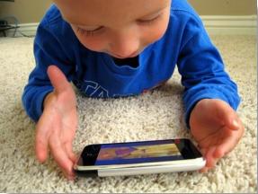 xiquet amb smartphone