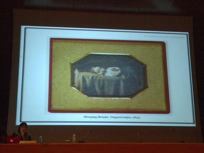 """Momento de la conferencia de Montse Morcate en el curso """"El álbum familiar: otras narrativas en los márgenes"""", Foto: Eduardo Tejera Torroja 2013"""