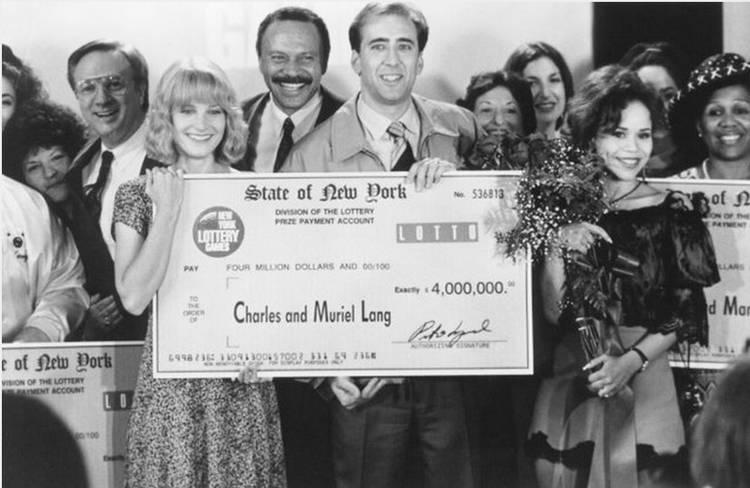 Nicolas Cage posa con su cheque premiado en Te puede pasar a ti