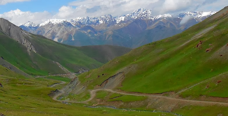 Serpentinen bei der Auffahrt vom Tölök-Tal zum Kalmak-Ashu-Pass (3445 m), Kirgistan