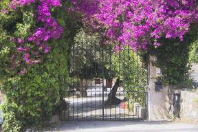 Sizilien-Urlaub: Einfahrt zu Ferienhäusern in Mongerbino