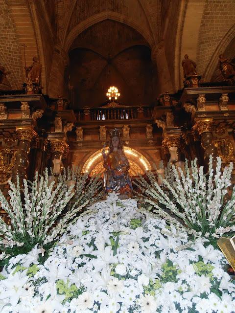 La imagen de la Virgen de la Mayor, subida en su carroza para la Procesión de los Faroles