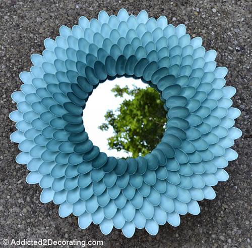 moldura com colheres de plástico