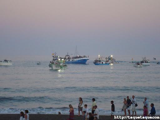 Barcos y gente en la playa de Estepona durante la Procesión del Carmen el 16 de julio de 2011