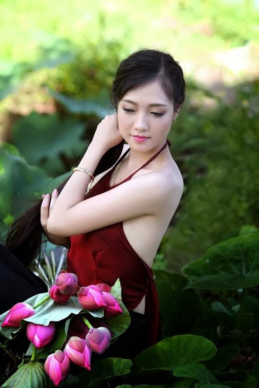 Ảnh cô gái và hoa sen đẹp