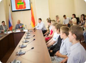 Глава Твери Владимир Бабичев вручил паспорта новым гражданам России
