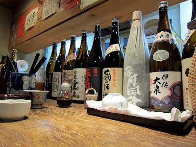 カウンターの上には日本酒、焼酎の一升瓶が並べてあります